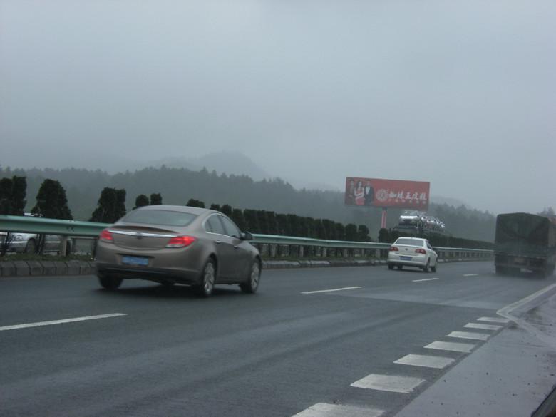 贵遵高速公路广告牌